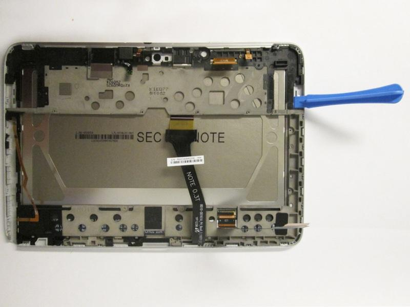 Step 9 Prying the LCD from the Digitizer Starting from the under the right speaker casing, use one plastic prying