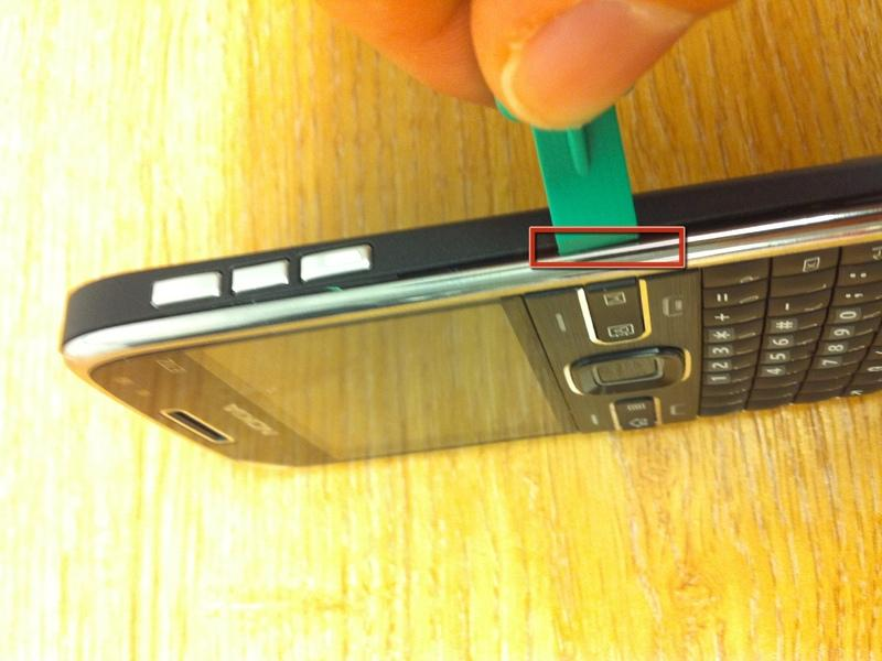 Step 4 I used the opening device to un clip the silver front of the phone by