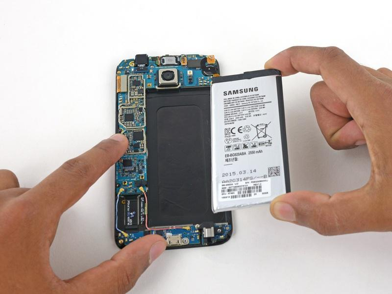 Secure the new battery with pre-cut adhesive or double-sided adhesive tape. In order to position it correctly, apply the new adhesive into the phone, not directly onto the battery.